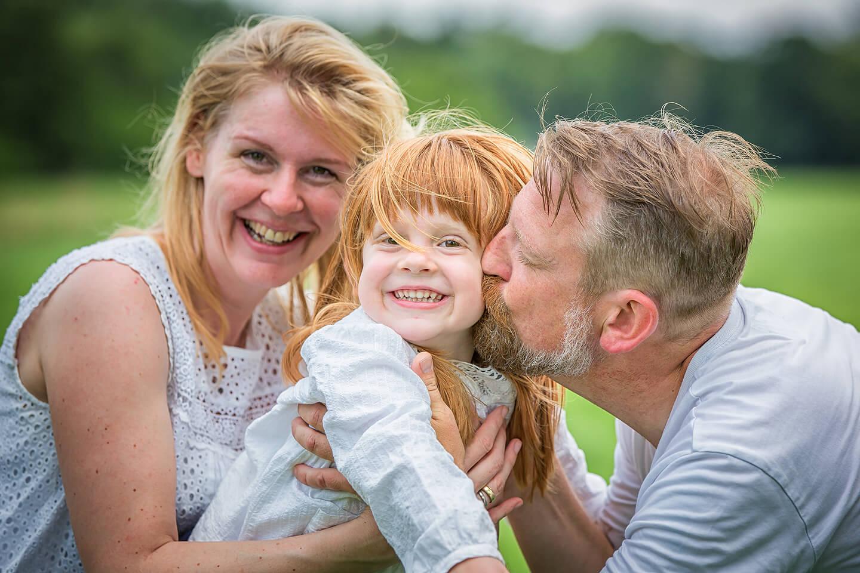 Outdoor-Familienfoto mit Mama, Papa und Tochter