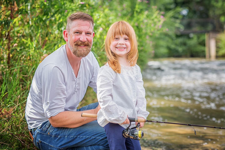 Papa und Tochter beim Angeln am kleinen Bach