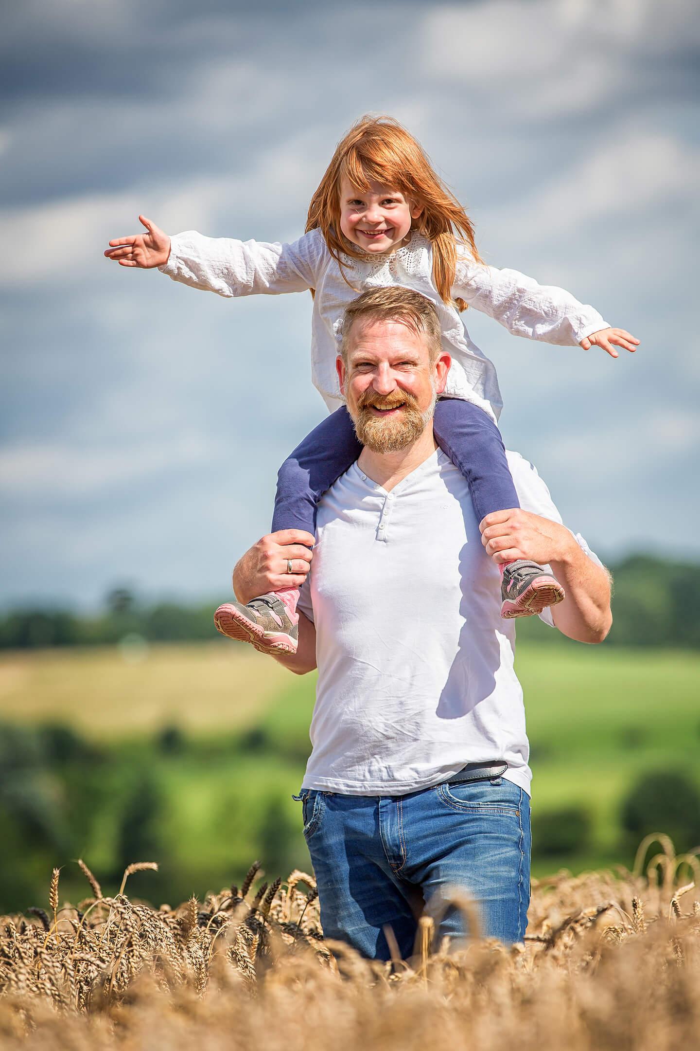Beim Familienshootings entstanden: Papa mit Tochter auf den Schultern im Kornfeld