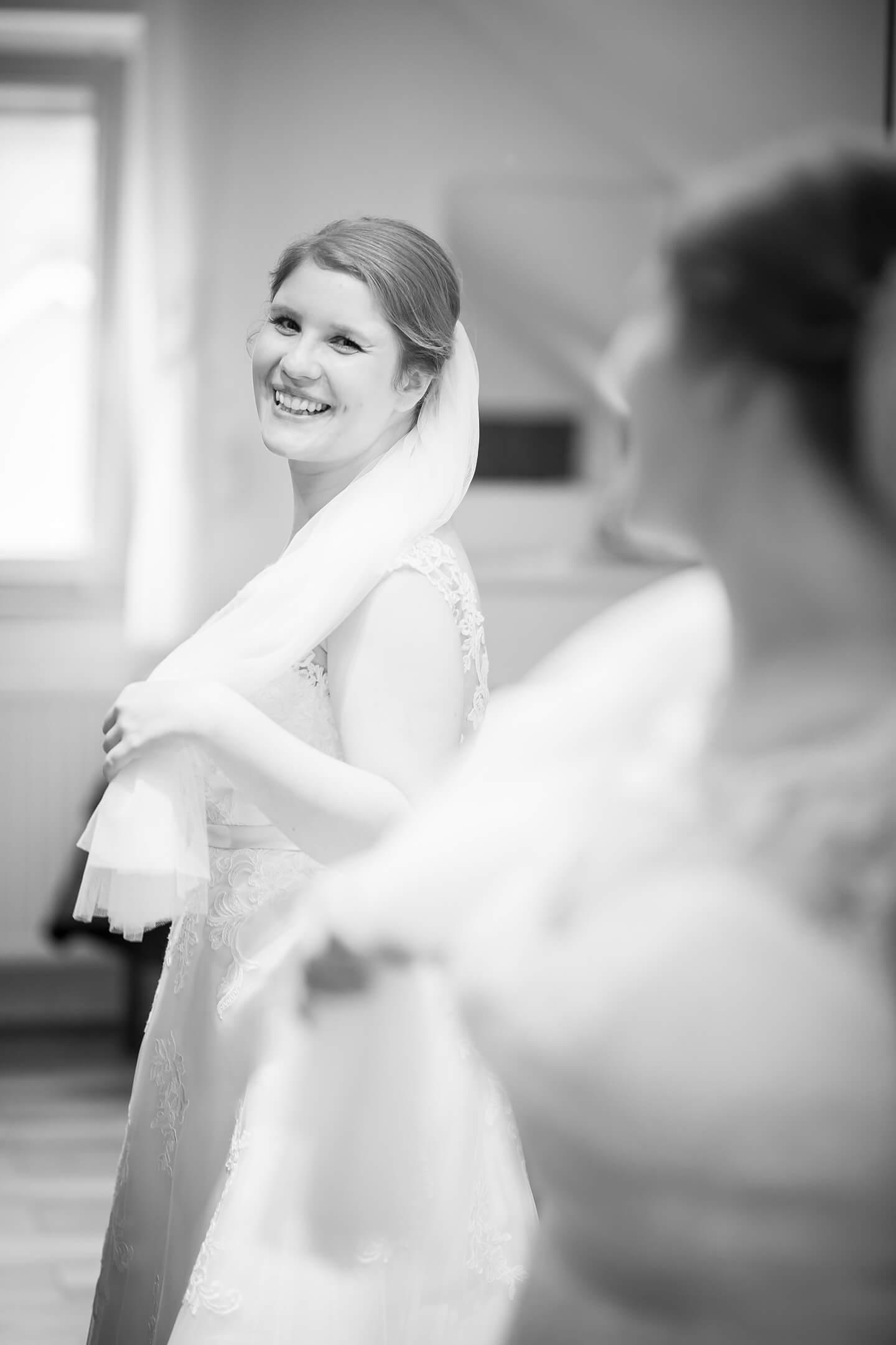 Hochzeitsreportage beim morgendlichen Styling der Braut