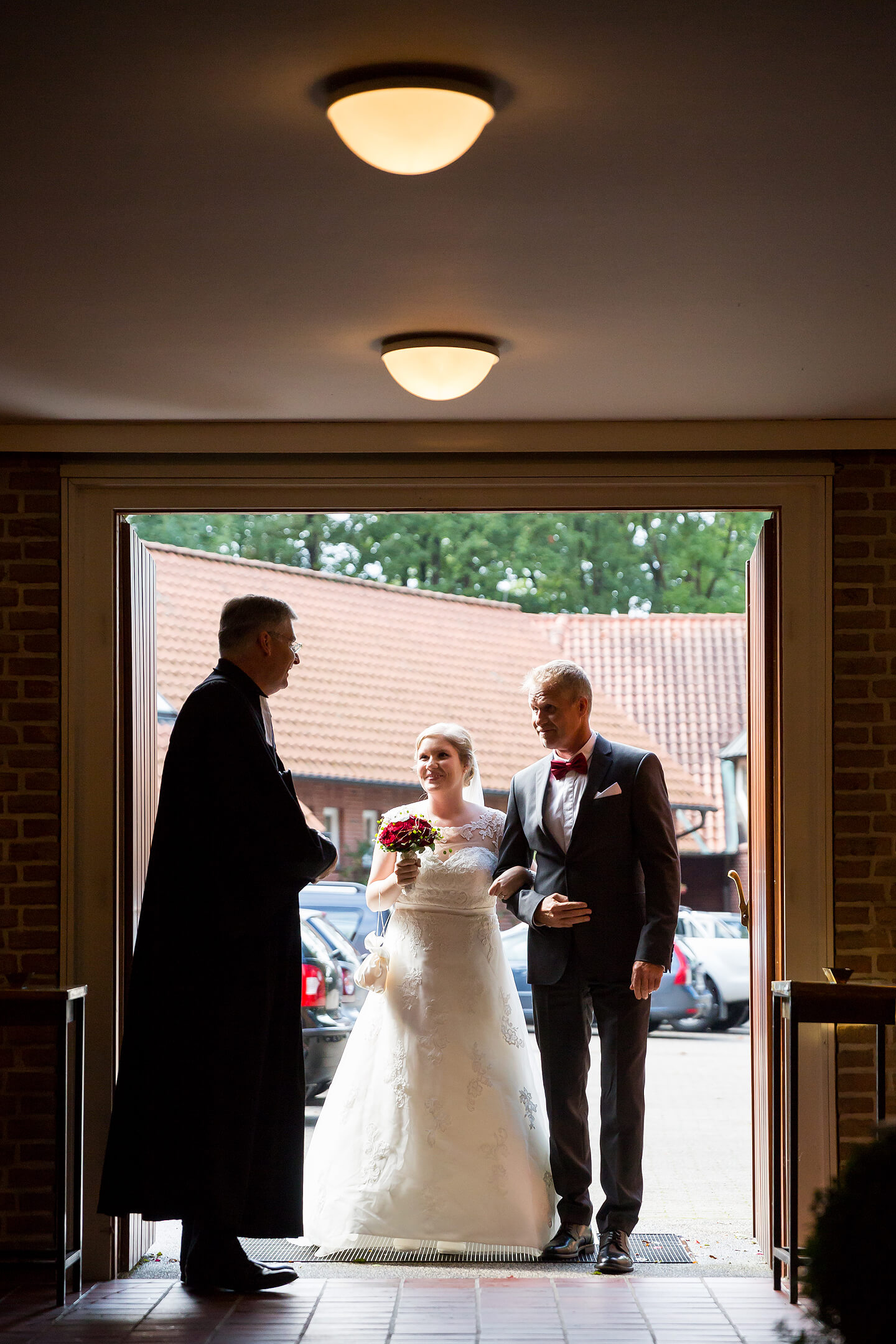 Eintreffen der Braut mit Brautvater an der Kirche