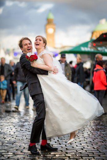 Hochzeitsfoto im Hamburger Hafen während der Cruise days