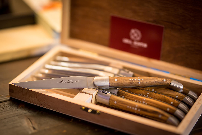 Beim Firmenportrait entstanden: Detailfoto hochwertiger Messer