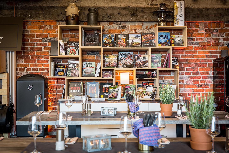 Die Bücherwand im Grill-Kontor Hamburg