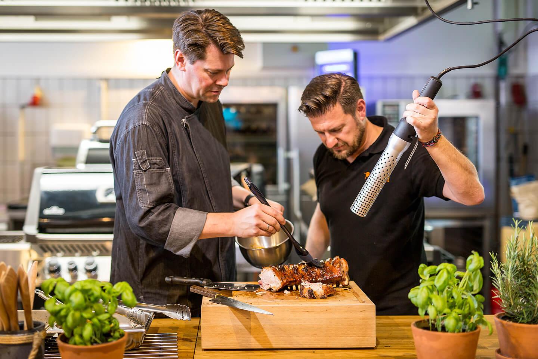 Gehört zum Firmenportrait dazu: zwei Grillmeister in Aktion