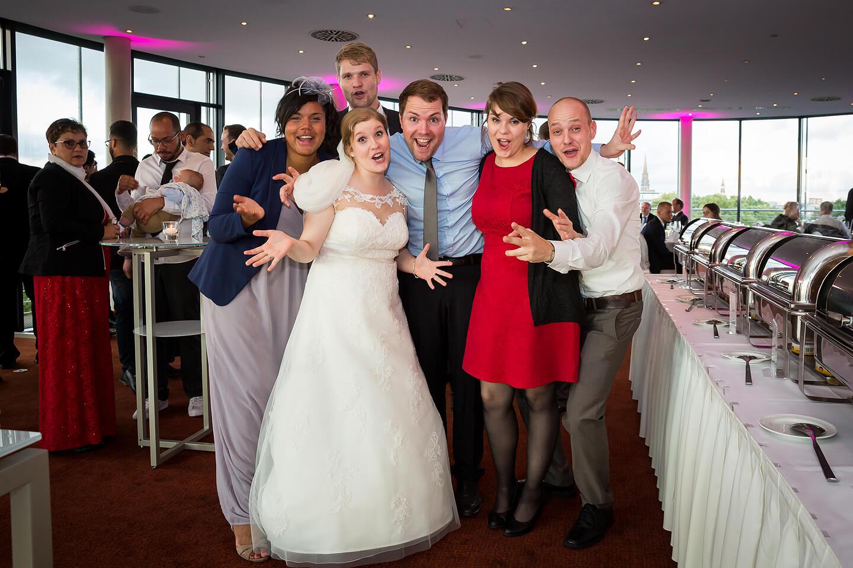 Braut mit Familienmitgliedern bei der Hochzeitsfeier