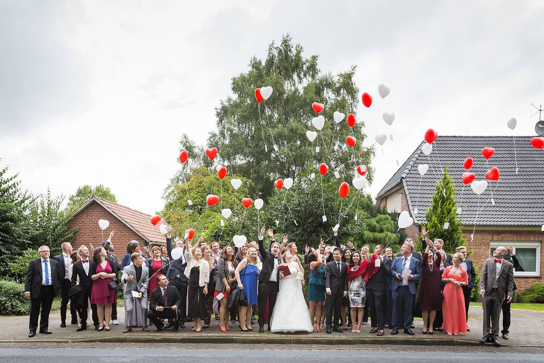 Hochzeitsgesellschaft lässt Ballons in den Himmel steigen