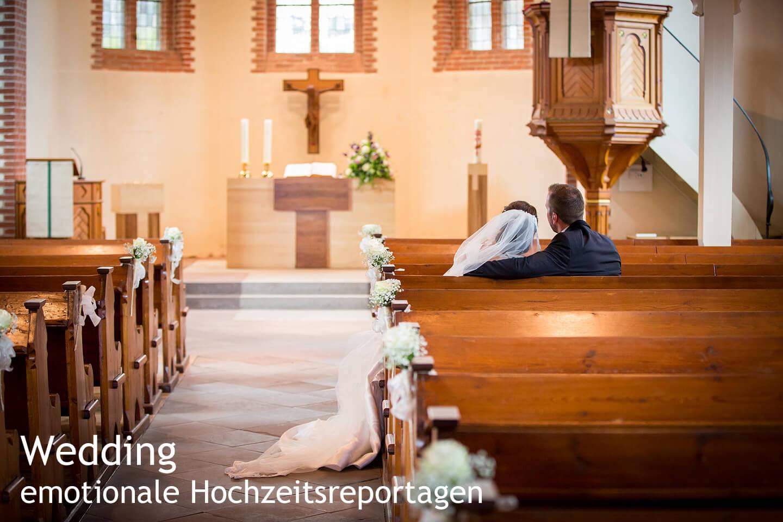 Bei einer Hochzeitsreportage in Norddeutschland entstanden: Hochzeitspaar in der Kirche