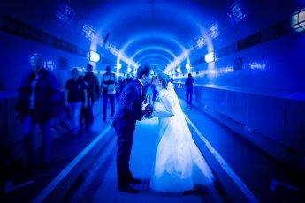 Blue Port – Hochzeitspaar im Elbtunnel