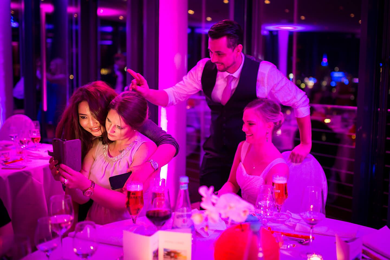 Hochzeitsgäste beim Selfie machen