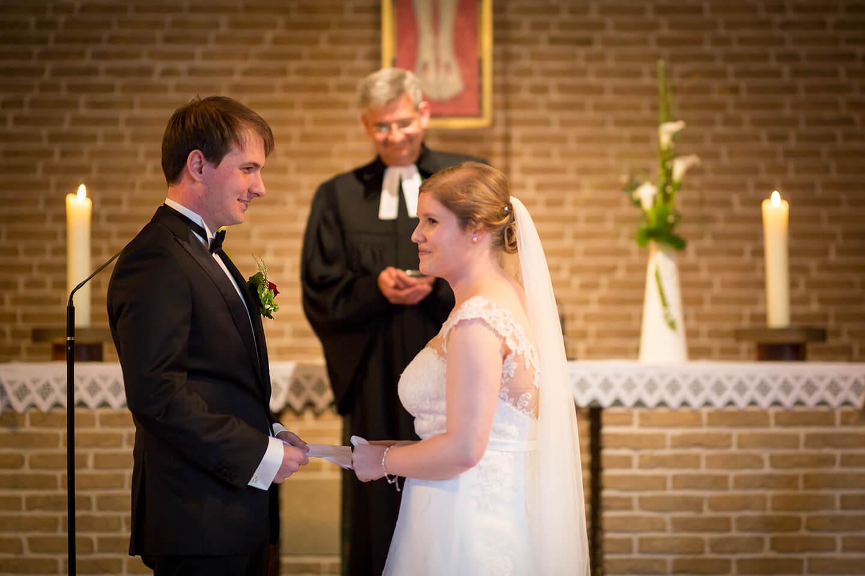 Brautpaar vor dem Altar in der Martin Luther Kirche