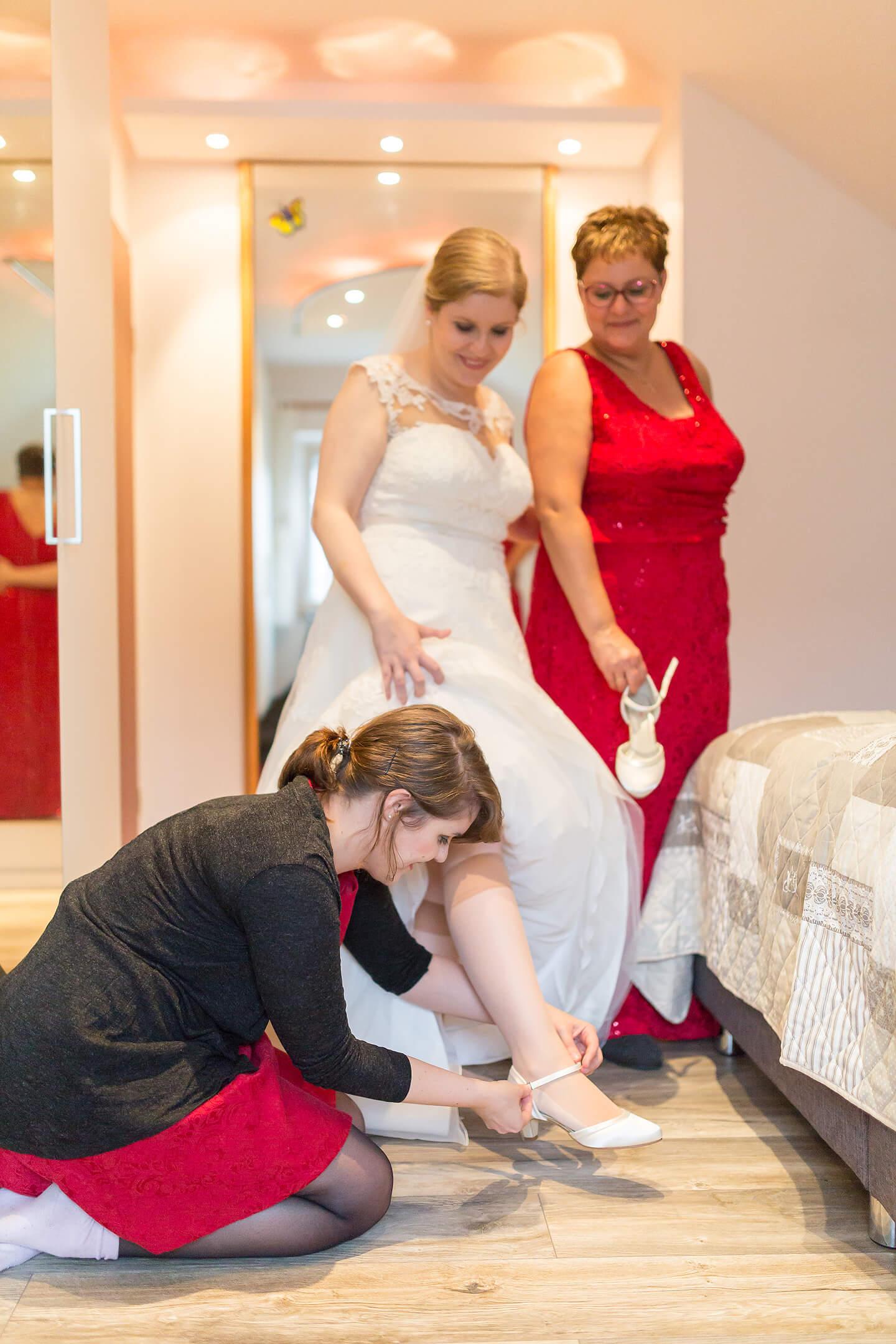 Jede Hochzeitsreportage beginnt beim morgendlichen Anziehen der Braut