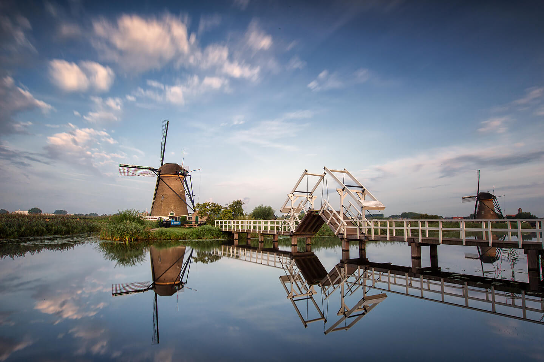 Die Museumsmühle in Kinderdijk als Langzeitbelichtung mit ziehenden Wolken