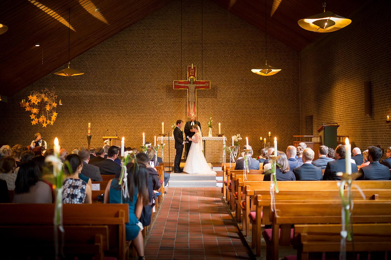Hochzeitsfotograf Florian Läufer hielt diese Szene in der Kirche fest
