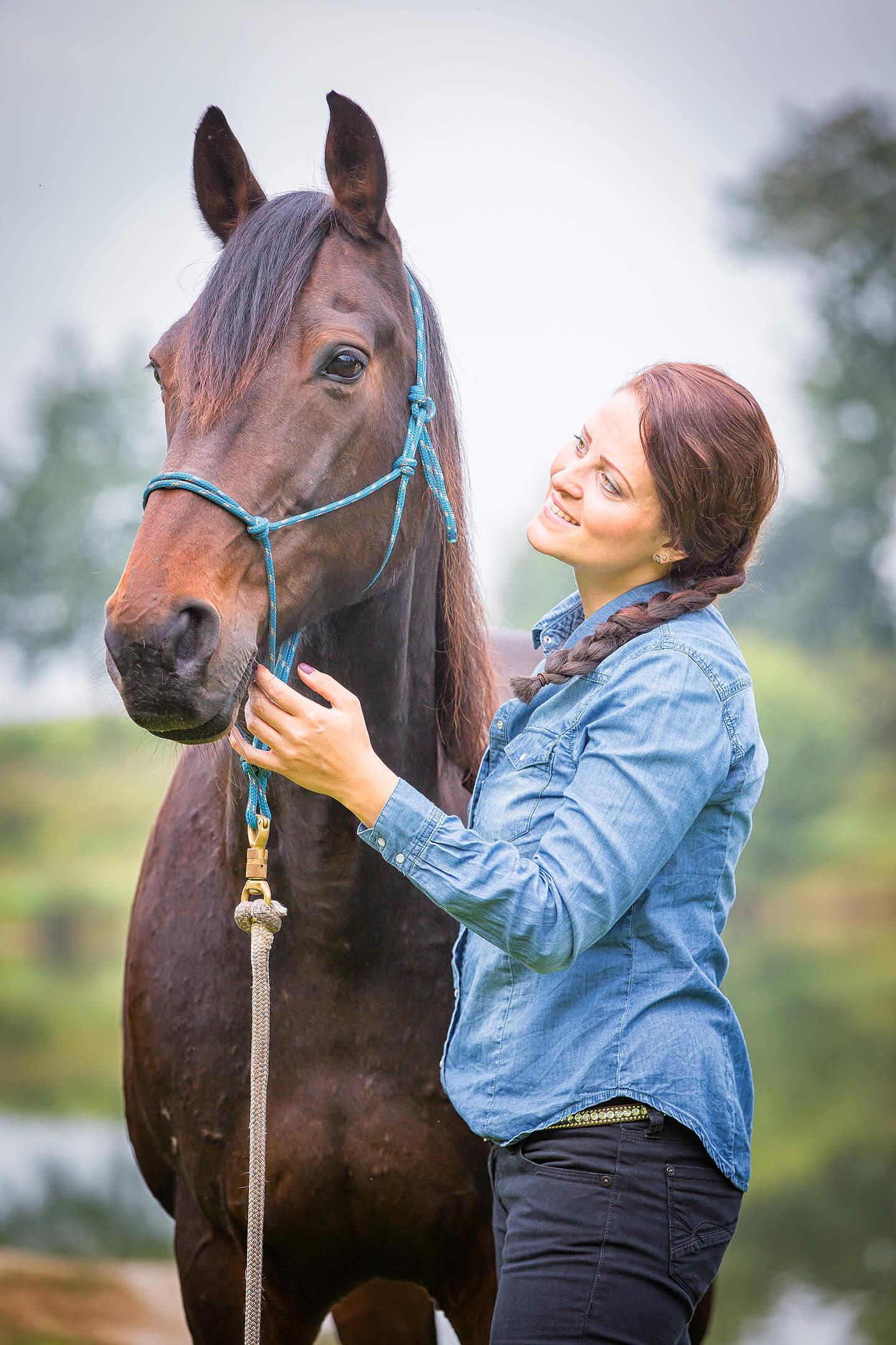 Foto von Reiterin und Pferd im Frühherbst