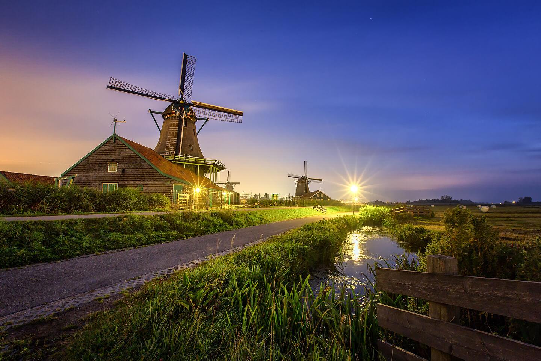 Windmühlen von Zaanse Schans orgens kurz vor Sonnenaufgang