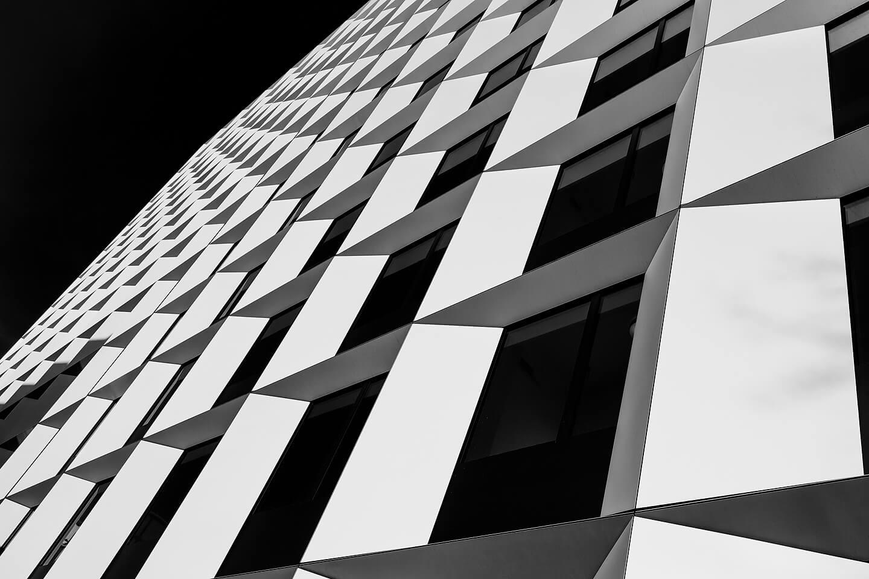 Abstrakte Architekturfotografie. Hier die Fassade des Intercity Hotels bei Planten un Blomen