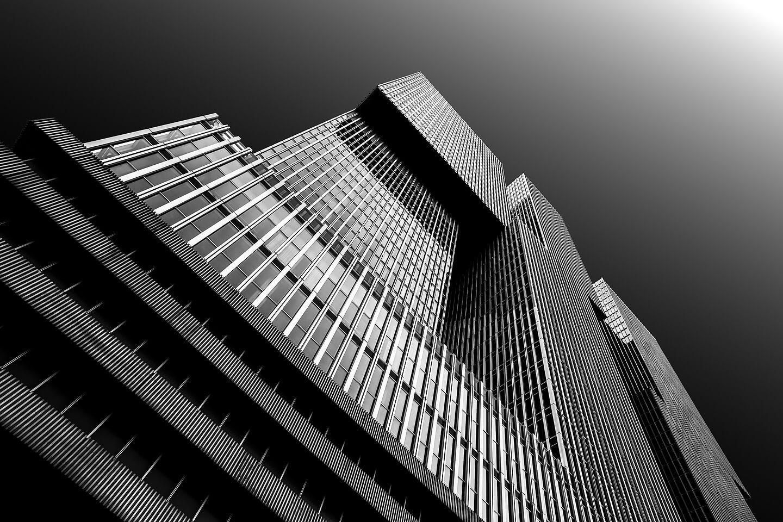 De Rotterdam, eines der höchsten Gebäude Hollands als Schwarzweiß-Architekturfoto
