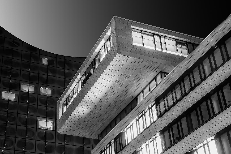 Blick vom Kaiserkai auf die Elbphilharmonie als Schwarzweiß-Fotografie