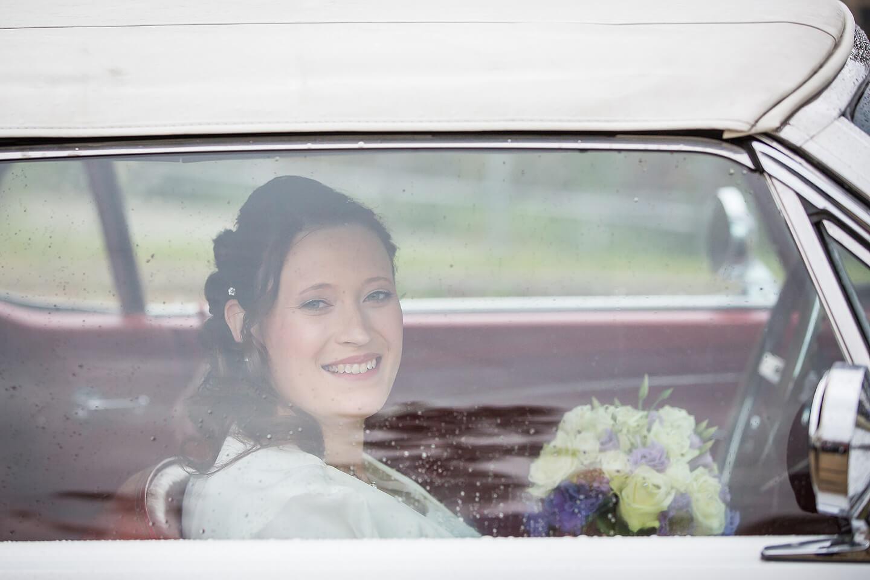 Braut im Mustang auf dem Weg zum Standesamt