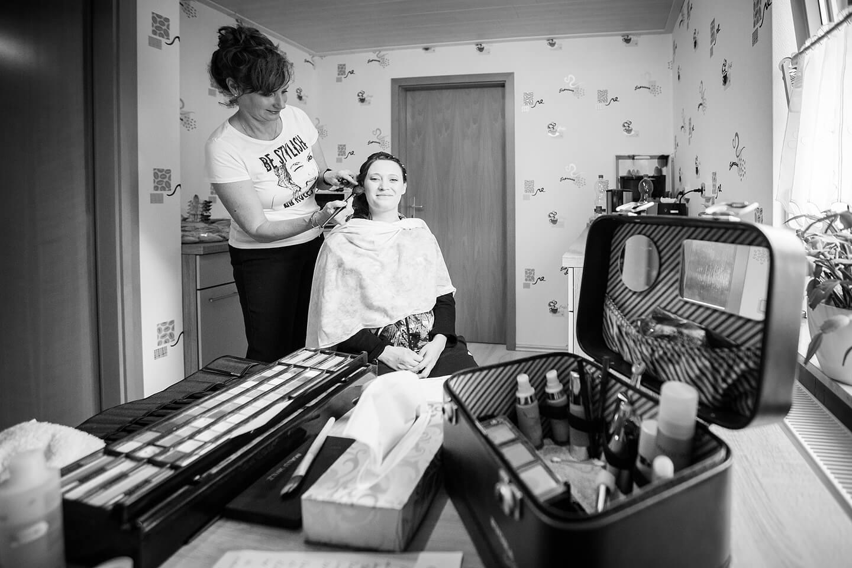 Gehört bei den Hochzeitsfotos dazu: Braut wird geschminkt