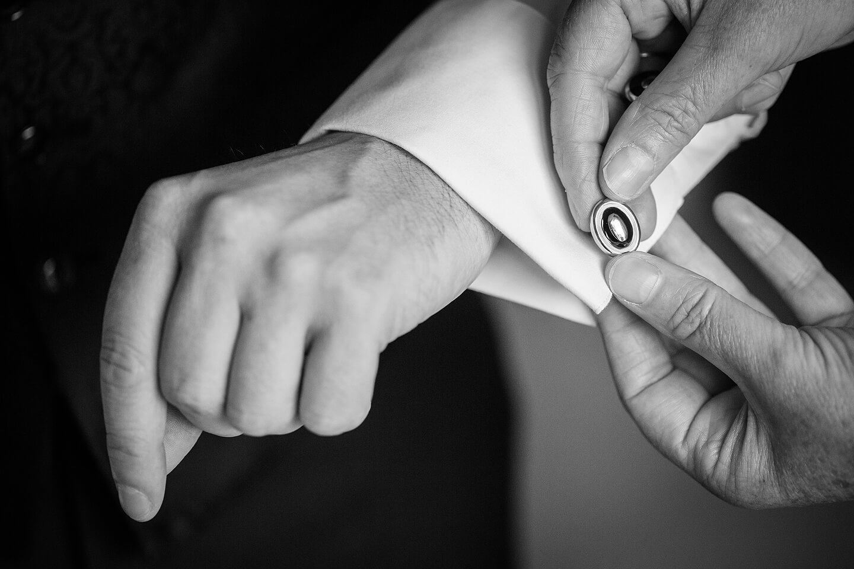 Manschettenknopf wird beim Brautigam geschlossen