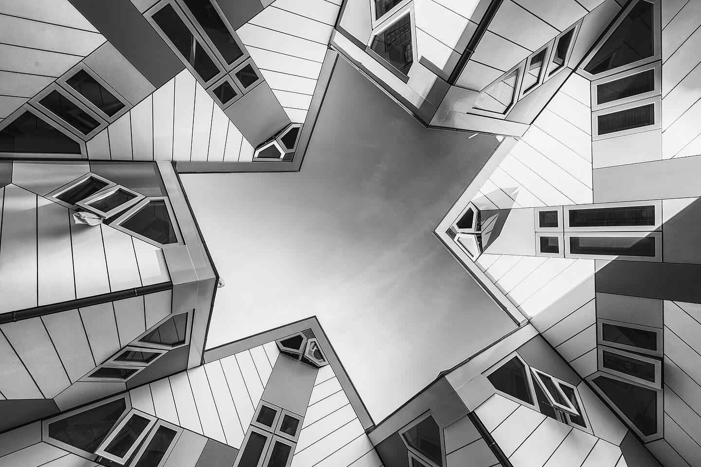 Das Kubushaus in Rotterdam aus der Froschperspektive als Schwarzweiß-Version.