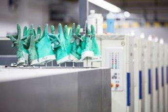 Detailfoto der Druckerhandschuhe an der Druckmaschine