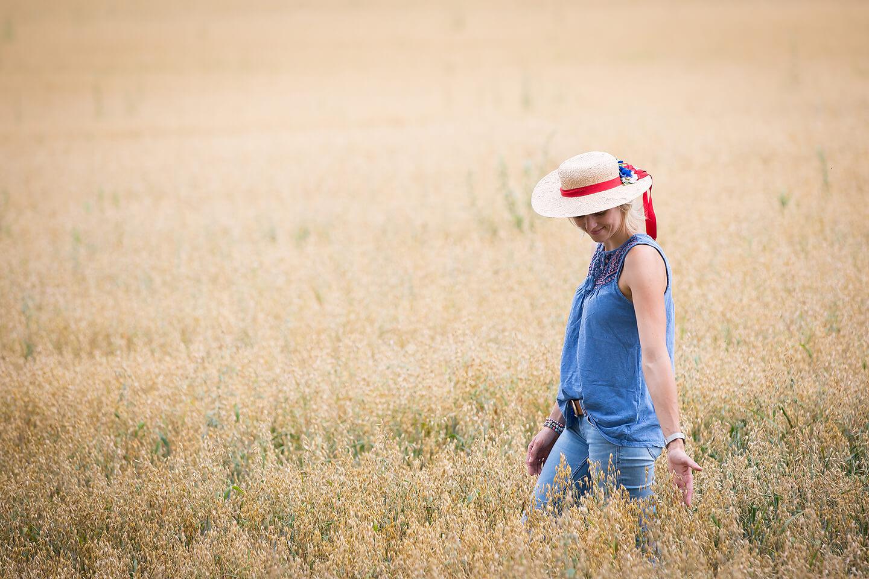 Fotoshooting mit junger Frau in Jeanslook im Kornfeld