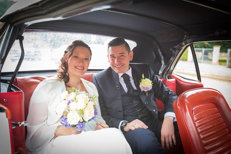 Hochzeitsfotos im Hochzeitsauto – leider bei Regen