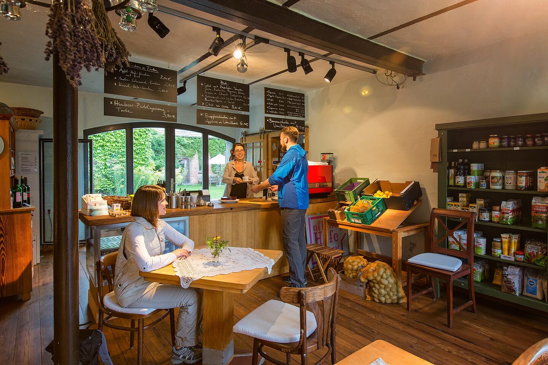 Unternehmensfotografie mit Gästen im Cafe