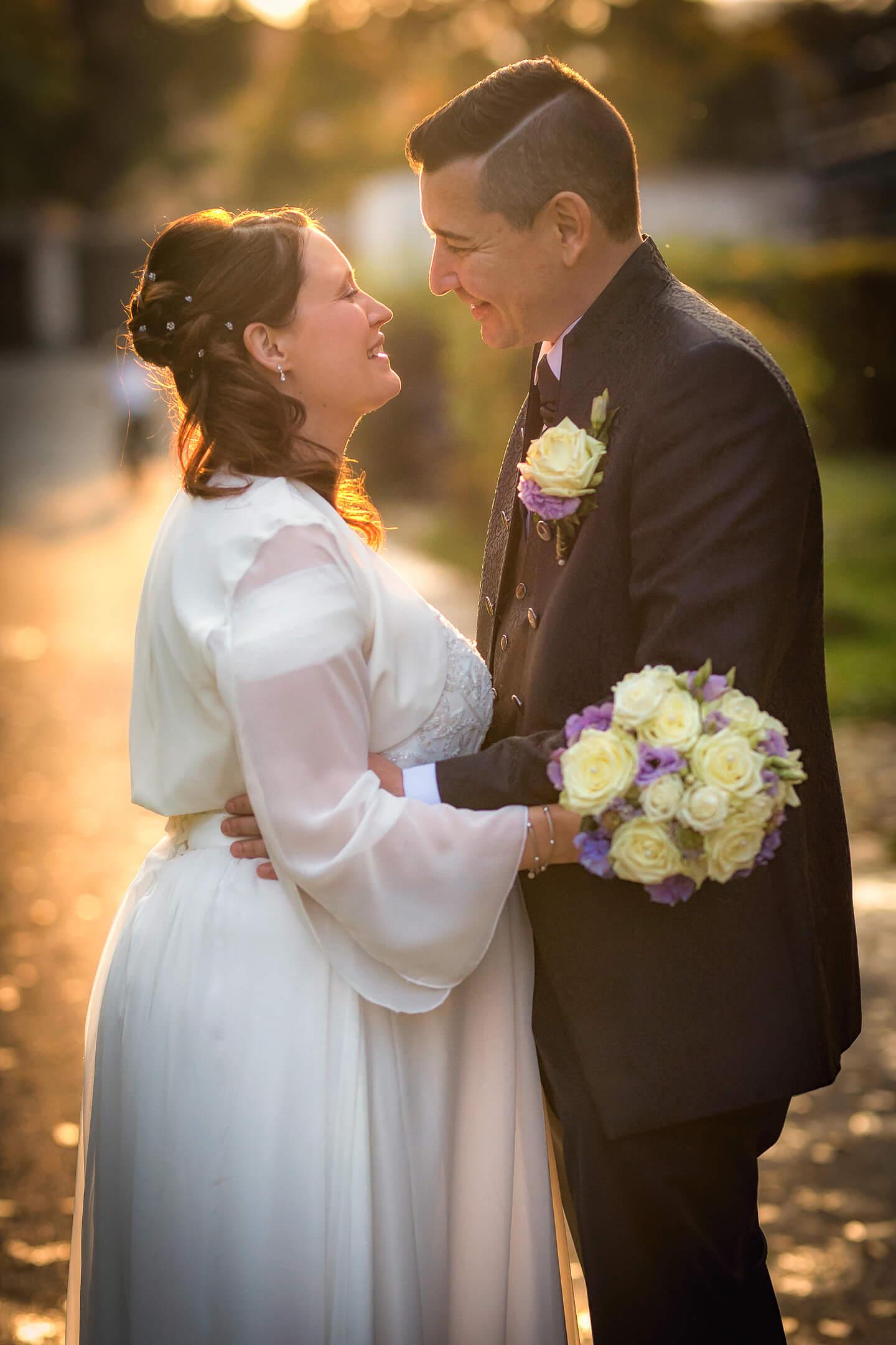 Hochzeitsfotos im warmen Licht der untergehenden Sonne