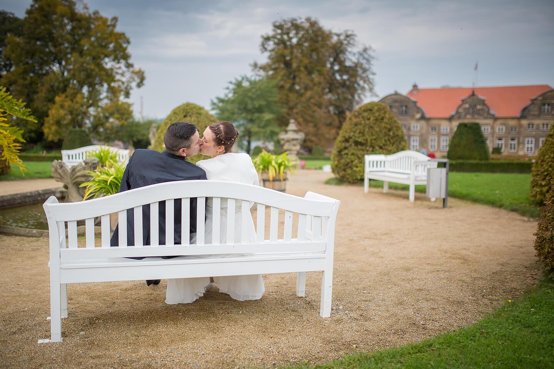 Brautpaar auf einer Bank im Schlosspark Blankenburg