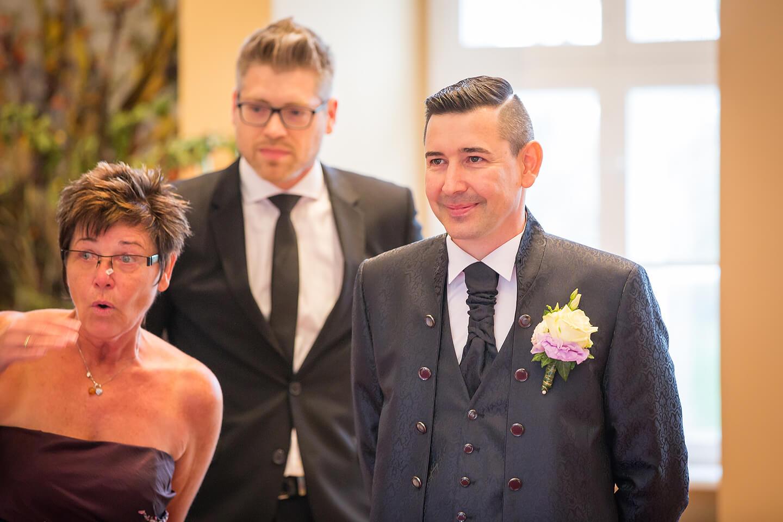 Bräutigam sieht im Standesamt zum ersten Mal seine Braut im Hochzeitskleid