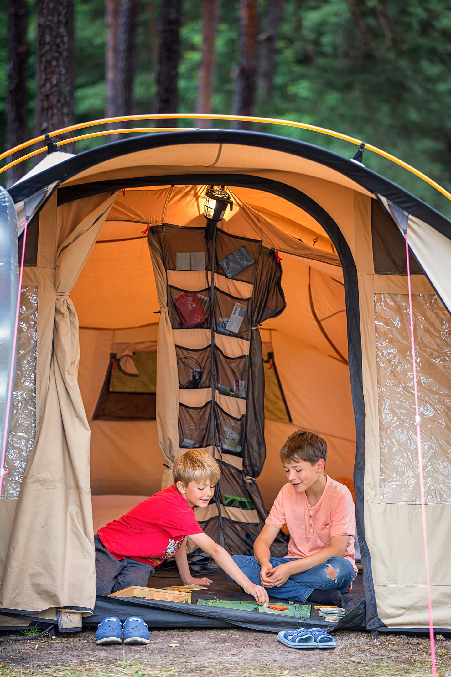 Kinderfoto im Campingzelt