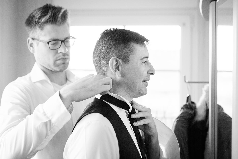 Krawatte binden vor dem Spiegel