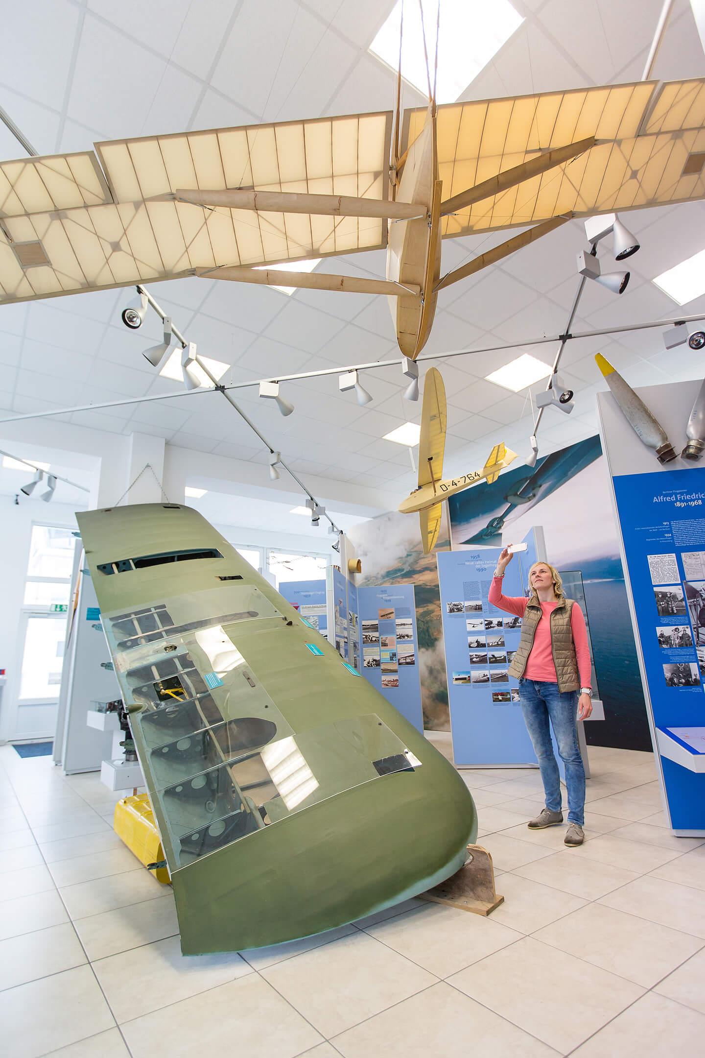 Besucherin im Luftfahrtmuseum