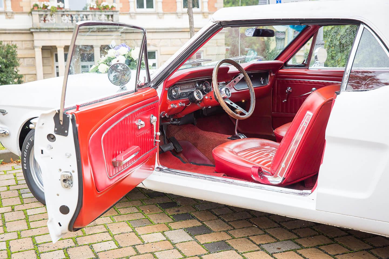 Mustang mit roter Innenausstattung als Hochzeitsauto
