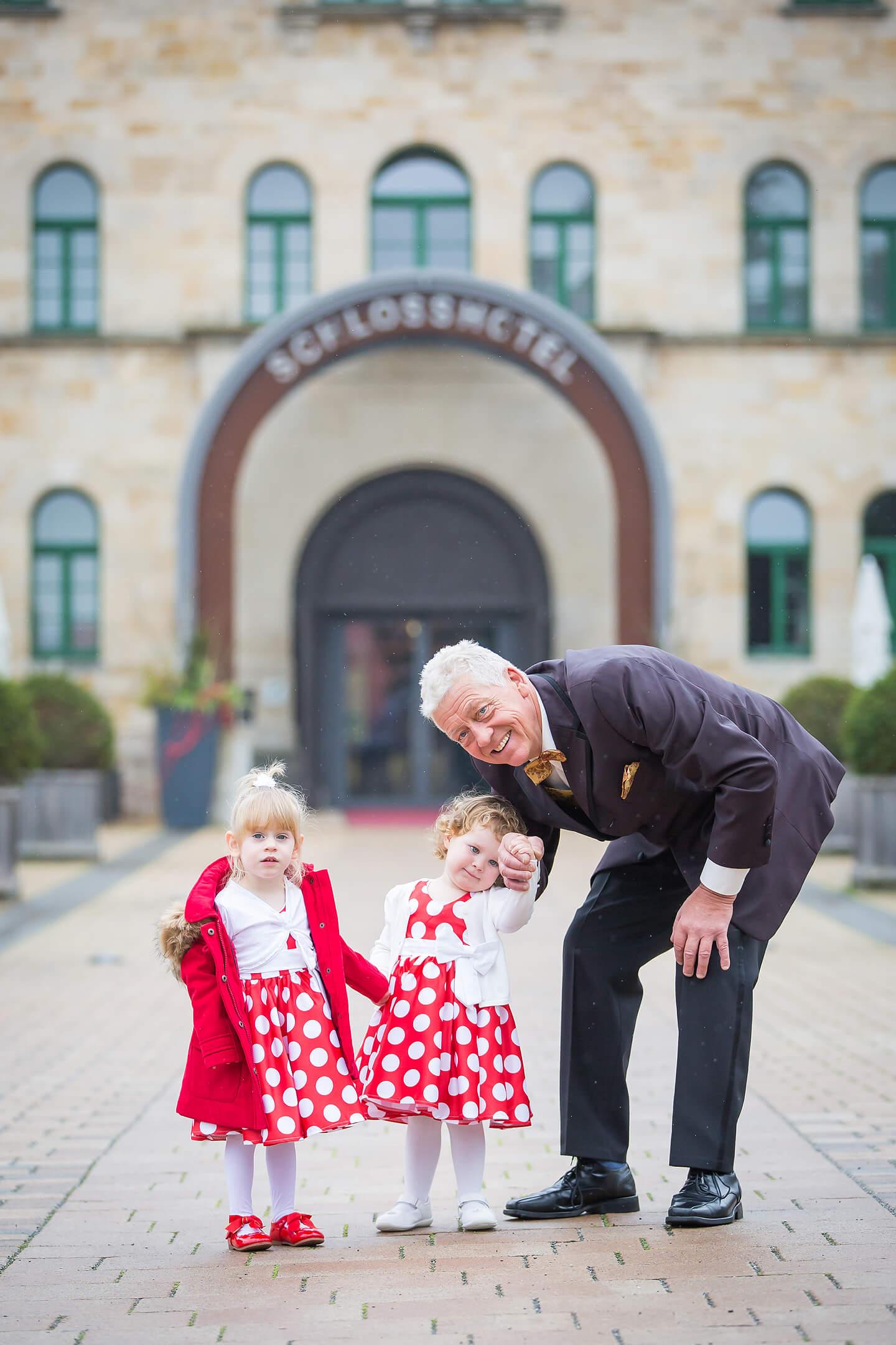Vater des Bräutigams mit zwei Enkeltöchtern