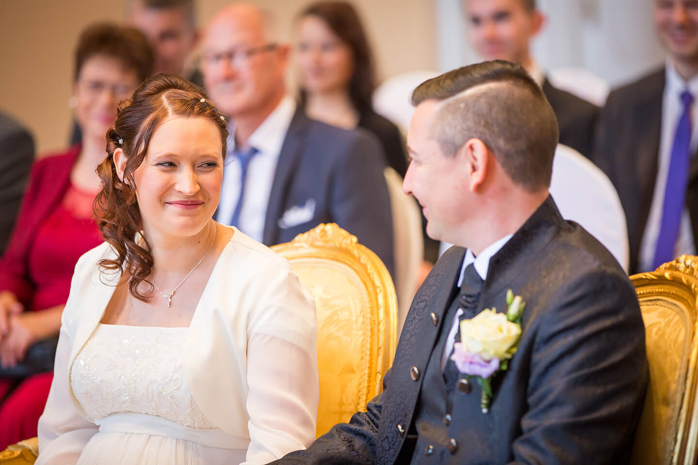 Braut und Bräutigam schauen sich während der Trauung ins Gesicht