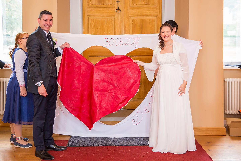 Herz aus dem bettlaken ausschneiden gehört bei jeder Hochzeitsreportage dazu