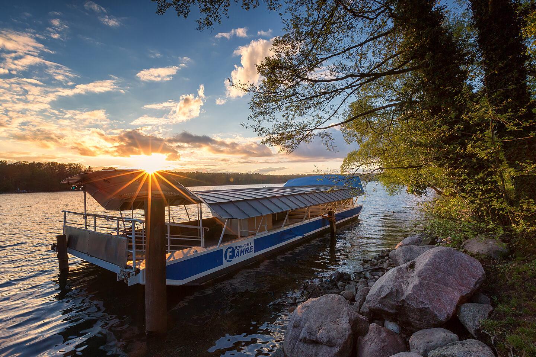 Die Straussee Fähre im besten Licht der Abendsonne fotografiert