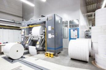 Tausch einer Papierrolle in der Druckerei Möller