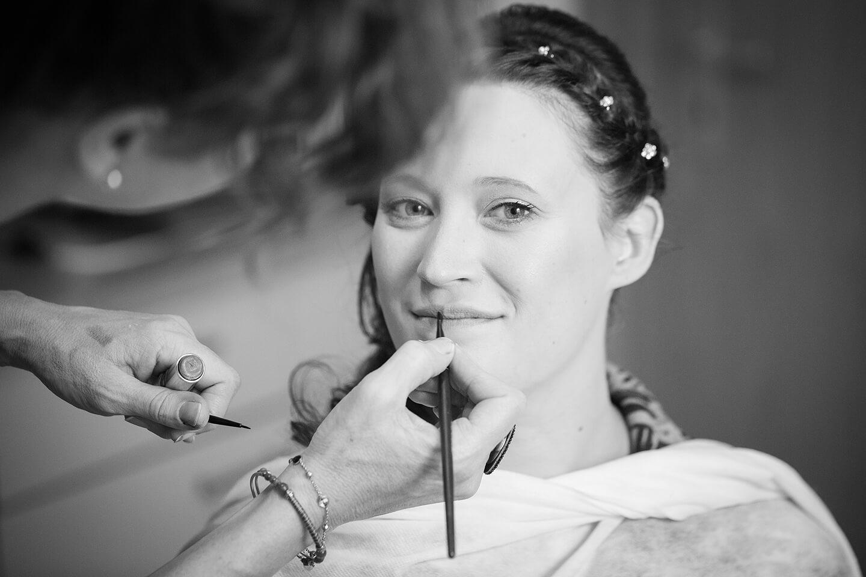 Braut wird von Visagistin geschminkt