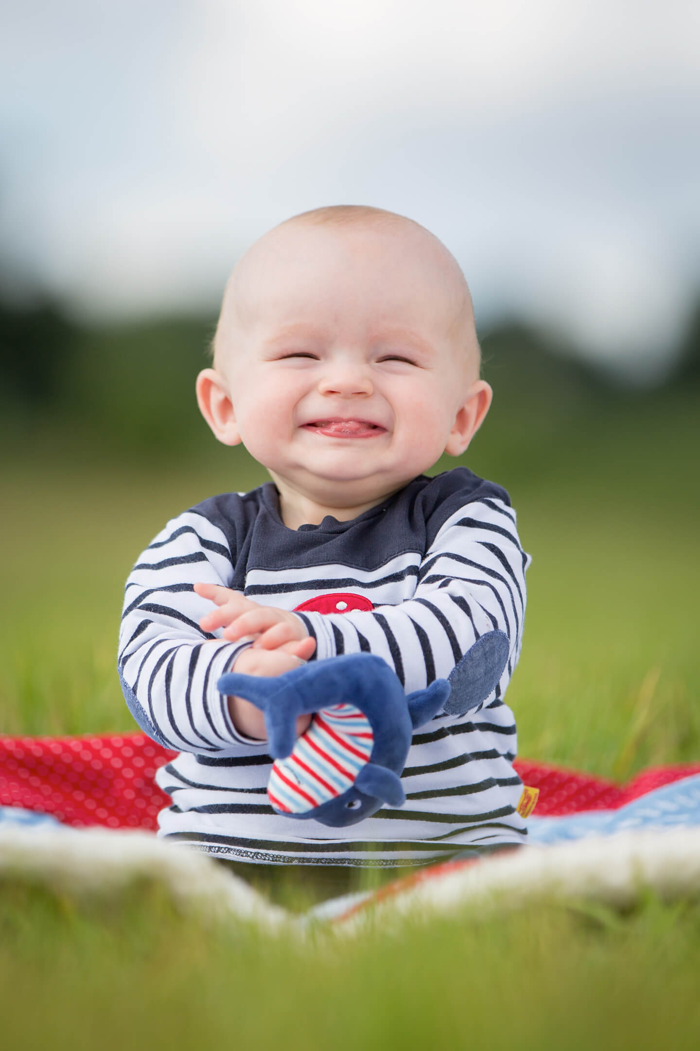 Lachendes Baby beim Outdoor-Shooting