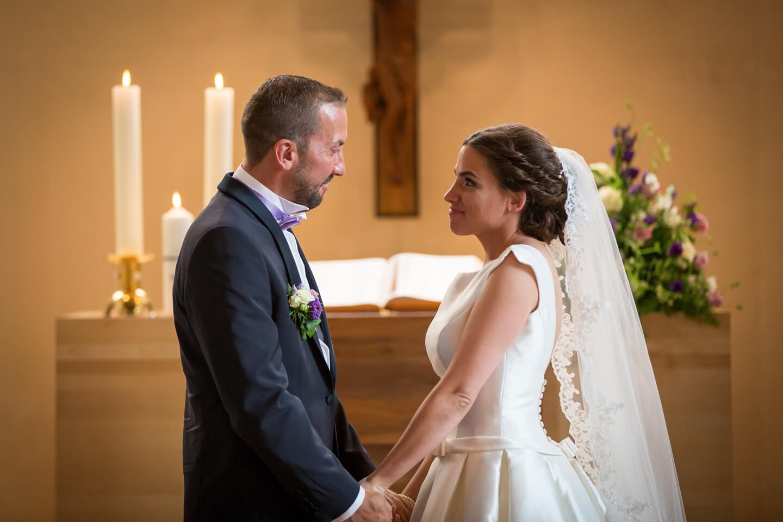 Hochzeitspaar vor dem Altar fotografiert