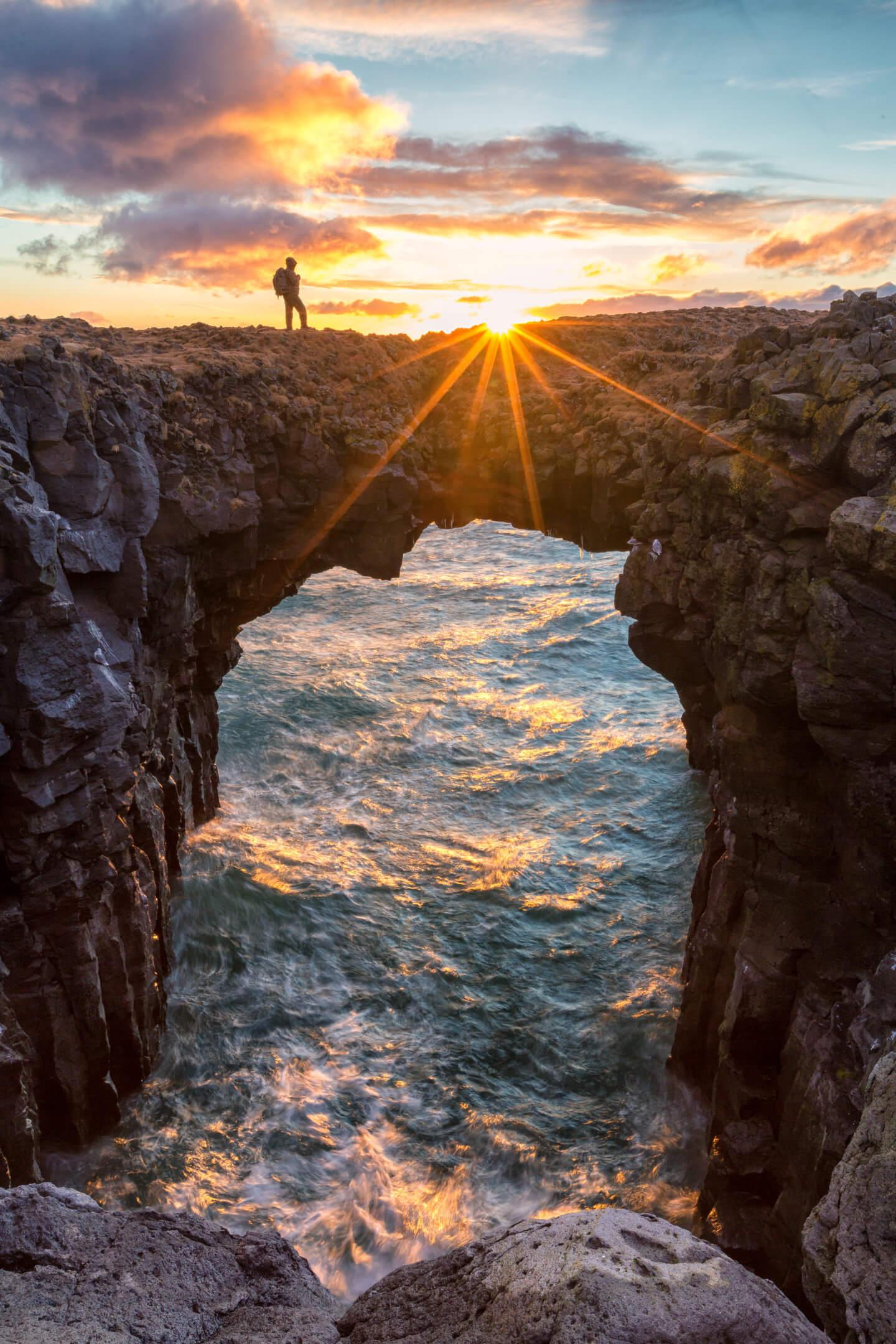 Der Felsbogen bei Arnarstapi mit Sonnenstern