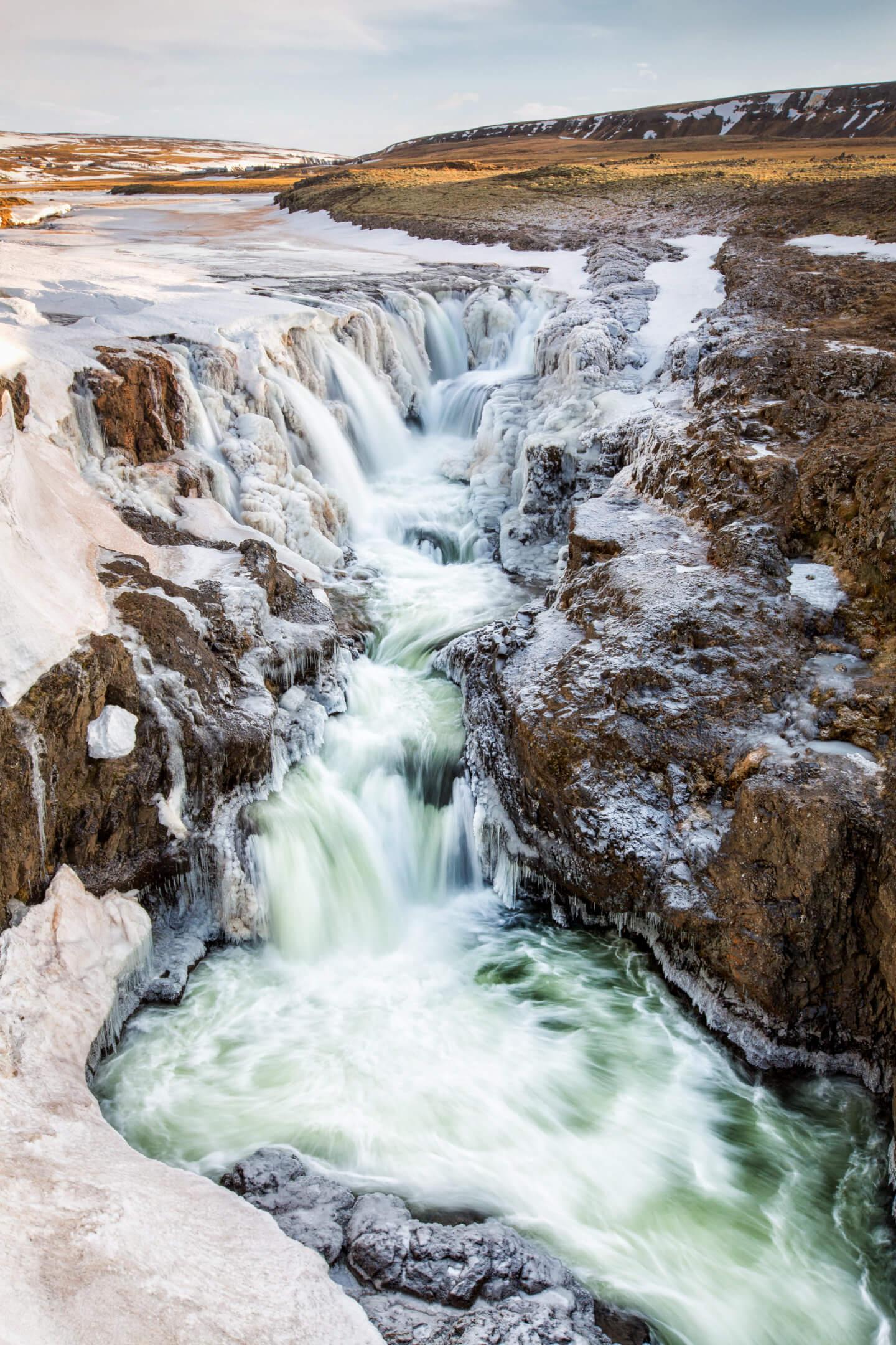 Der Kolufossar fällt über insgesamt drei Wasserfälle in die Tiefe