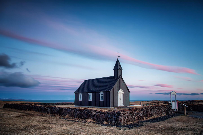 Black church in Budir im letzten Licht