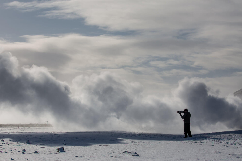 Fotograf im Geothermalgebiet Krafla